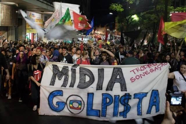Em ato contra o impeachment na quinta-feira 1º, em Porto Alegre, a mídia foi alvo dos manifestantes