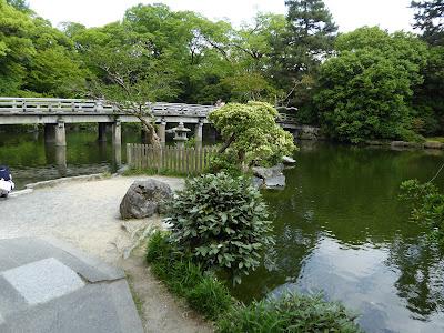 厳島神社境内からの眺め・・・『九條池と高倉橋』