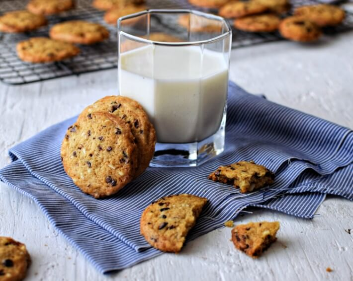 Galletas con cacao nibs y almendras servidas con leche