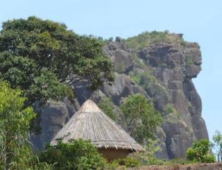 Лаура (фула Fello Loura, фр. Mont Loura) — высочайший пик (1,573 метра) на плато Фута-Джаллон, расположенный на севере Гвинеи. Находится в 7 километрах к северу от города Мали, в одноимённой префектуре.