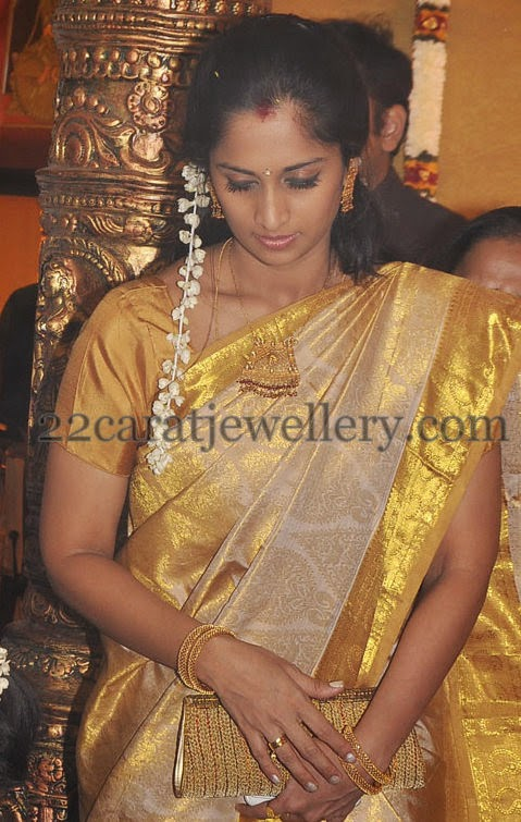 Shalini Ajith Simple Set And Bangles Jewellery Designs
