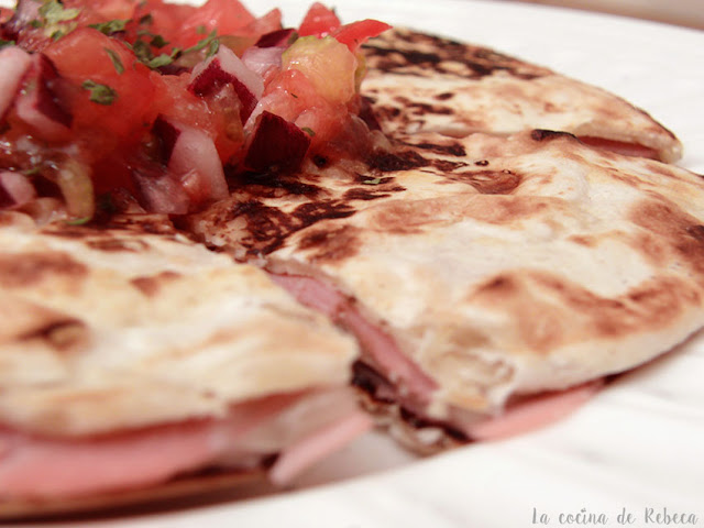 Quesadilla de jamón york y queso con pico de gallo
