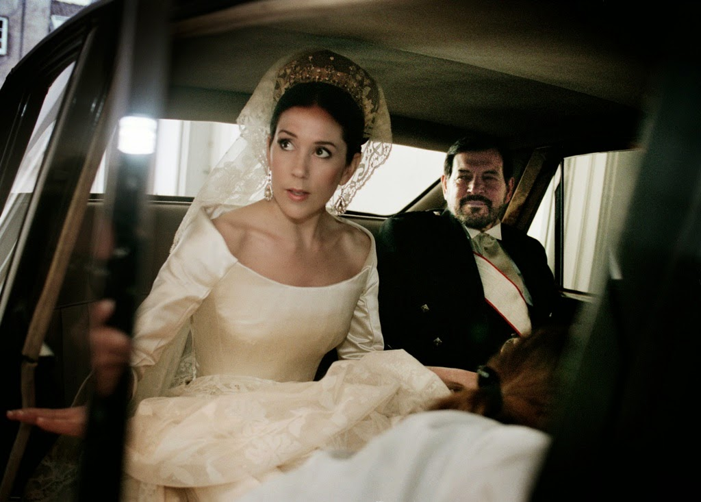 Queens of england crown princess mary 39 s wedding dress for Dress for a wedding in may