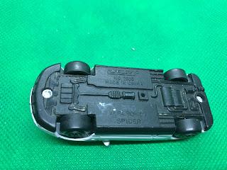 アルファ ロメオ スパイダー のおんぼろミニカーを底面から撮影