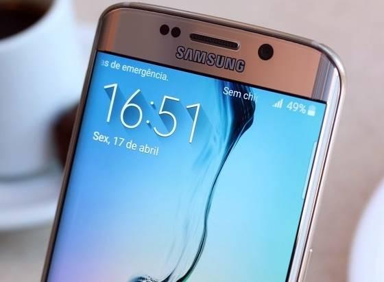 A tela do Galaxy S6 Edge chama muito atenção pela borda direita, que é curva