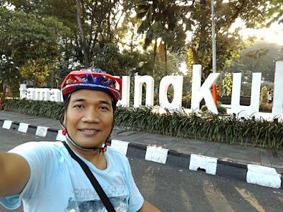Selfie di Taman Bungkul, taman kebanggaan warga Kota Surabaya.