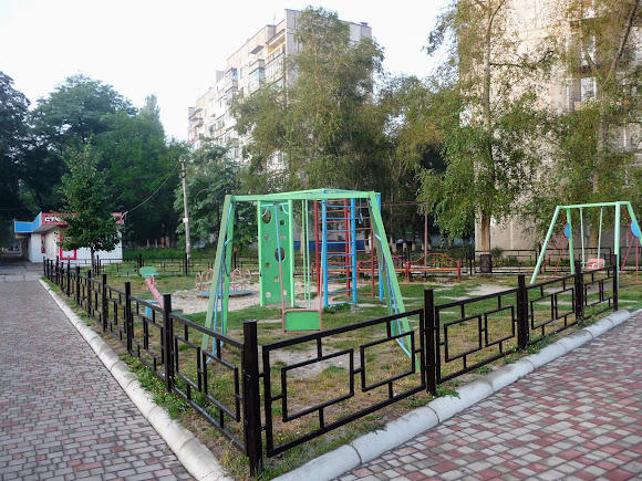 Авдеевка. Детская площадка на Центральном проспекте