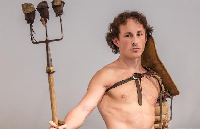 gladiator retiarius memegang senjata trisula