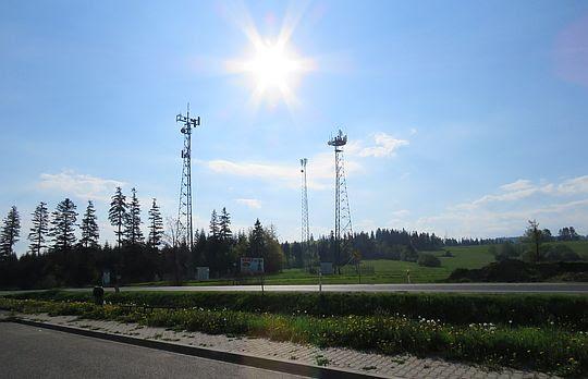 Maszty antenowe nad Przełęczą Bory.
