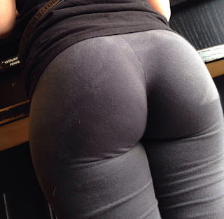 Chava buen trasero usando pantalones yoga