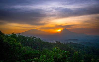 sunrise diantara gunung merbabu dan gunung merapi