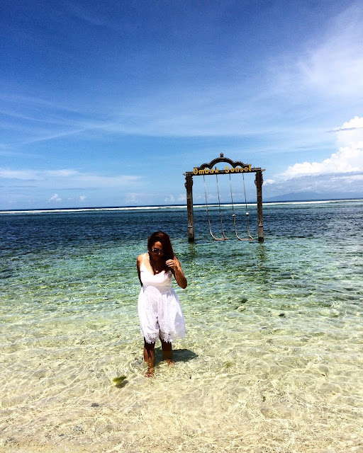 foto ayunan di pinggir pantai lombok