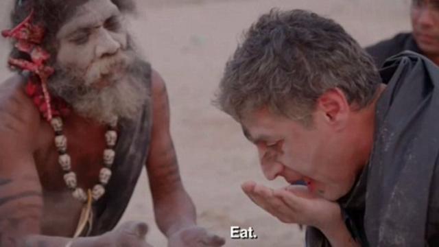 Caníbales hindúes invitan a reportero a comer cerebro humano