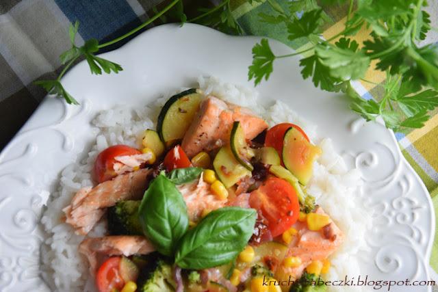 Łosoś z warzywami w miodzie i ryżem jaśminowym
