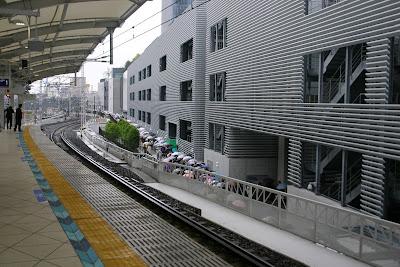 駅ホームから見たwest yardから続いている長蛇の列