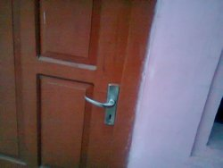 Cara mengatasi kelemahan daun pintu dari bahan semen