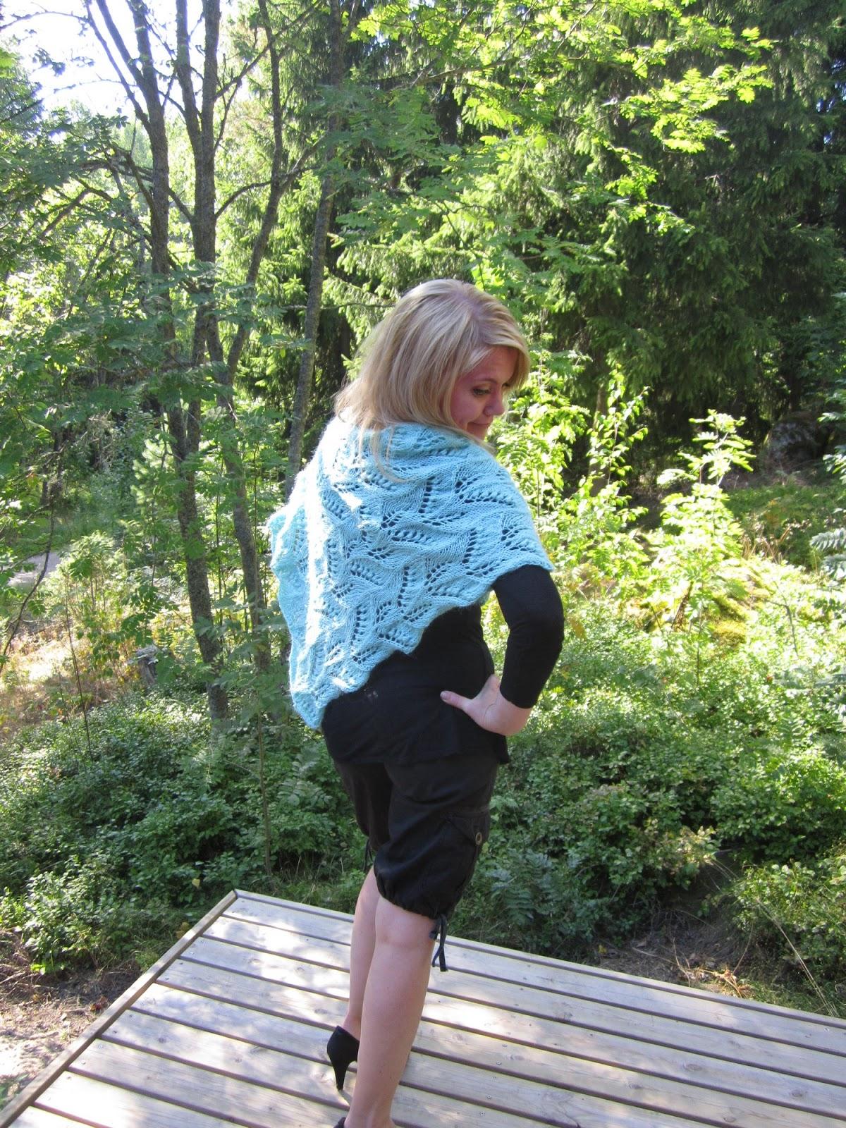 Keväällä tätä on mukava pitää takin korvikkeena! Poncho antaa myös asuille  kivasti uutta ilmettä! Tämän huivin olen neulonut tyttärelleni a2f3322a75
