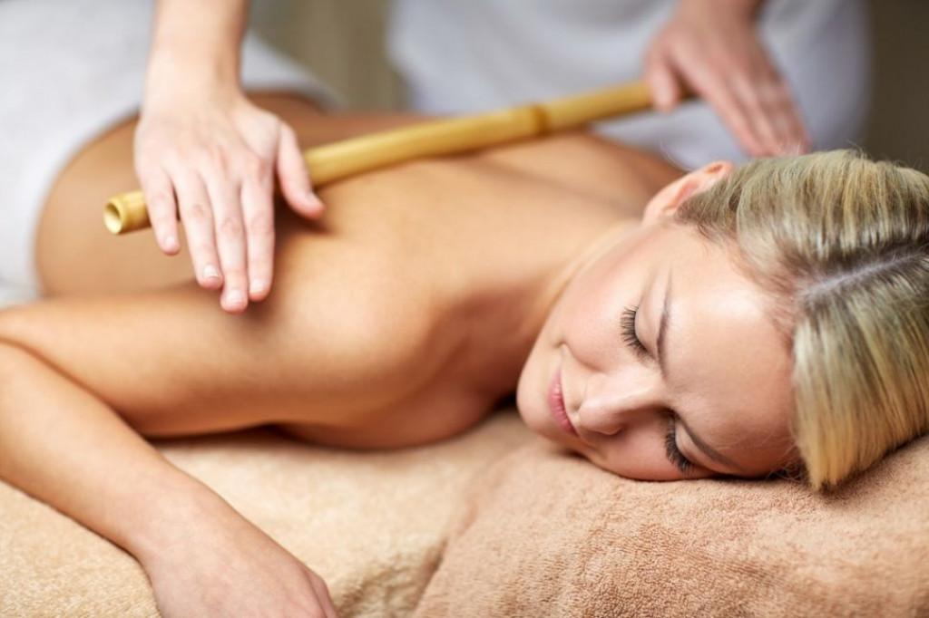 Massagem modeladora com bambu