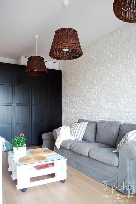 szara sofa | biała cegiełka | stolik z palet | wiklinowe lampy