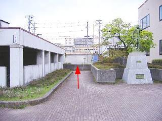 岡谷市保健センター裏側(西側)の断層崖は,坂道となっている。