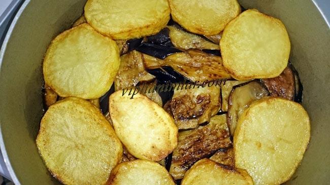 Tavuklu Maklubenin patatesinin yerleştirilmesi