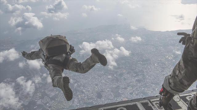 Japón pide a EEUU anular un ejercicio de paracaidismo en Okinawa