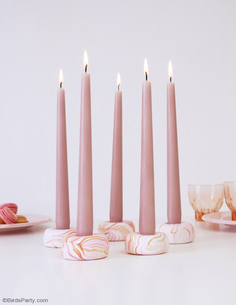 DIY Marbled Candle Holders - perfect decor for your party and dinner tables or a quick and easy handmade Christmas or hostess gift! by BIrdsParty;com @birdsparty #diy #marblecandleholder #diycarfts #diygifts #handmadegifts #polymercalycrafts #diycandle