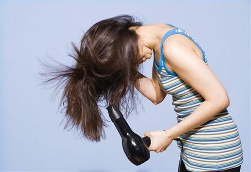 Hindari Penggunaan Hairdryer Untuk Mengeringkan Rambut
