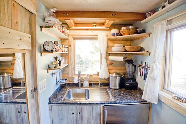 la solución para no pagar alquiler ni hipoteca mini casa sostenible y transportable. Foto de la cocina