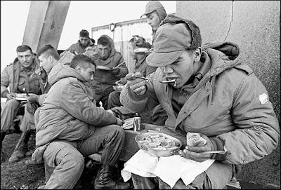 Abatidos soldados argentinos almuerzan en Royal Marine Bases, en 1982. / Daniel Garcia / AFP