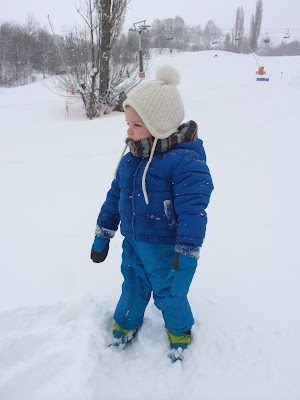 Niño abrigado en la nieve