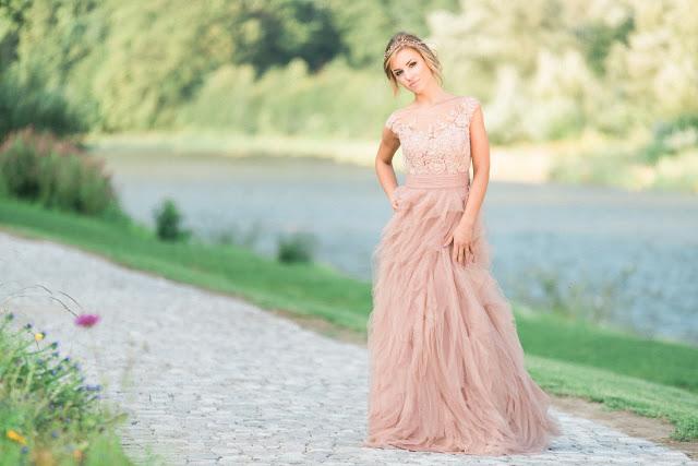 Suknia ślubna boho w kolorze nude