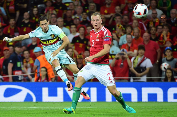 Hazard mengeksekusi bola, Belgia