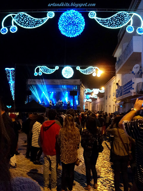 Aqui ficam algumas imagens, sem nenhum critério de ordem em especial, que resumem um pouco, do ambiente fantástico, que se viveu nas noites de festa, aqui na Ericeira, durante este mês de Setembro. / Here are some images, without any order in particular, which give an idea of the terrific atmosphere, felt by all who came to the party nights here in Ericeira, during this month of September.