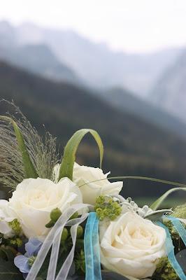 Trauung unter freiem Himmel, Hochzeit in Bayern, edel-bayerisch, Himmelblau und Edelweiss, heiraten in Garmisch-Partenkirchen, Hochzeitslocation Riessersee Hotel, wedding destination abroad, Germany, Bavaria, blue and white