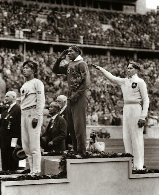 Olimpiadas de Berlín en 1936, el estadunidense Jesse Owens gana una medalla de oro en salto largo. Fotos insólitas que se han tomado. Fotos curiosas.