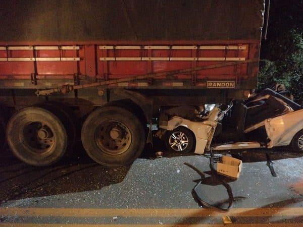 Acidente na BR 116 em Mafra envolve caminhão e Fiat Uno