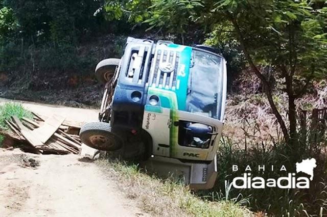 Motorista fica ferido após caçamba cair de ponte em Guaratinga