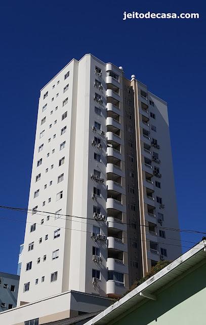 poluição-visual-de-edificio-com-aparelhos-de-ar-condicionado-a-mostra