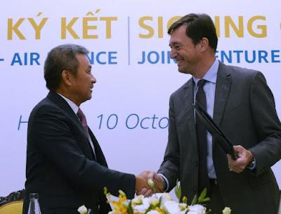 Ông Franck Terner, Giám đốc điều hành của Air France bắt tay với ông Dương Trí Thành, Tổng giám đốc Vietnam Airlines sau khi ký thỏa thuận hợp tác ngày 10 tháng 10 năm 2017 tại Hà Nội.