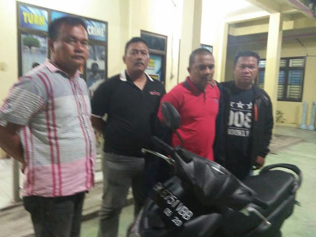 Tim Polres Tanjungbalai mengapit tersangka pakai kaos merah.