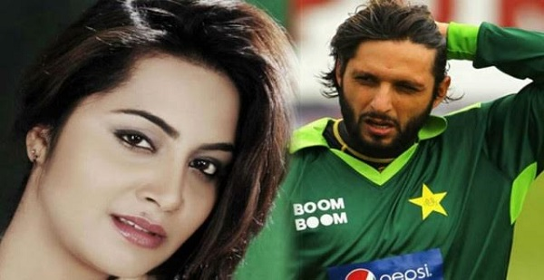 OMG! Arshi Khan spotted with Pakistani cricketer Mohammad Amir in Dubai, has she dumped boyfriend Shahid Afridi?