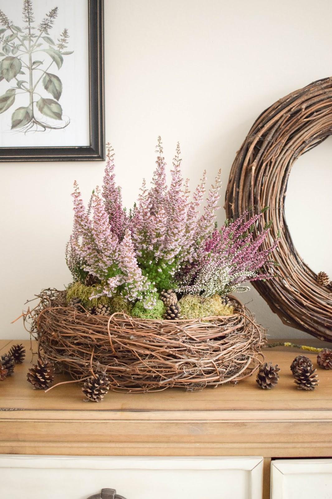 Deko für Herbst und Winter: natürlich mit Moos, Erika, Heidekraut, Zapfen dekorieren. Dekoidee Haustüre Konsole Sideboard