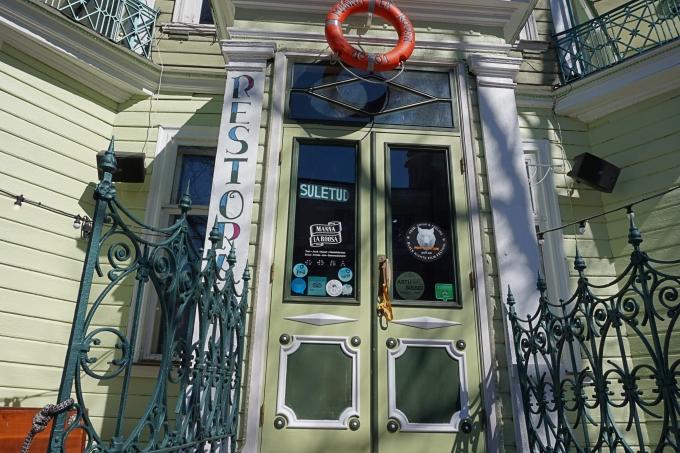 Manna La Roosa Tallinnassa, vihreän puutalon ravintola sopii lapsiperheillekin