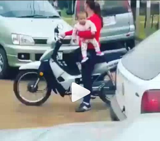 Ceroboh, Bawa Bayinya Naik Motor Ibu ini Kecelakaan Saat Menyeberang