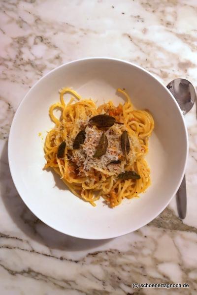 Spaghetti mit cremiger Kürbis-Sauce und frittiertem Salbei