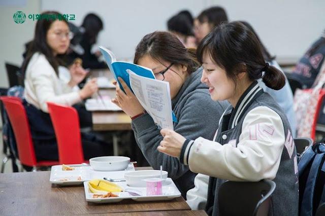 Sinh viên Đại học Nữ Ewha tranh thủ học bài ngay cả lúc ăn