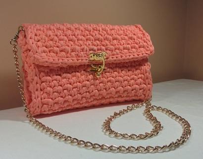 Tas tangan atau dompet terbuat dari rajutan kain t-shirt / kaos bekas.