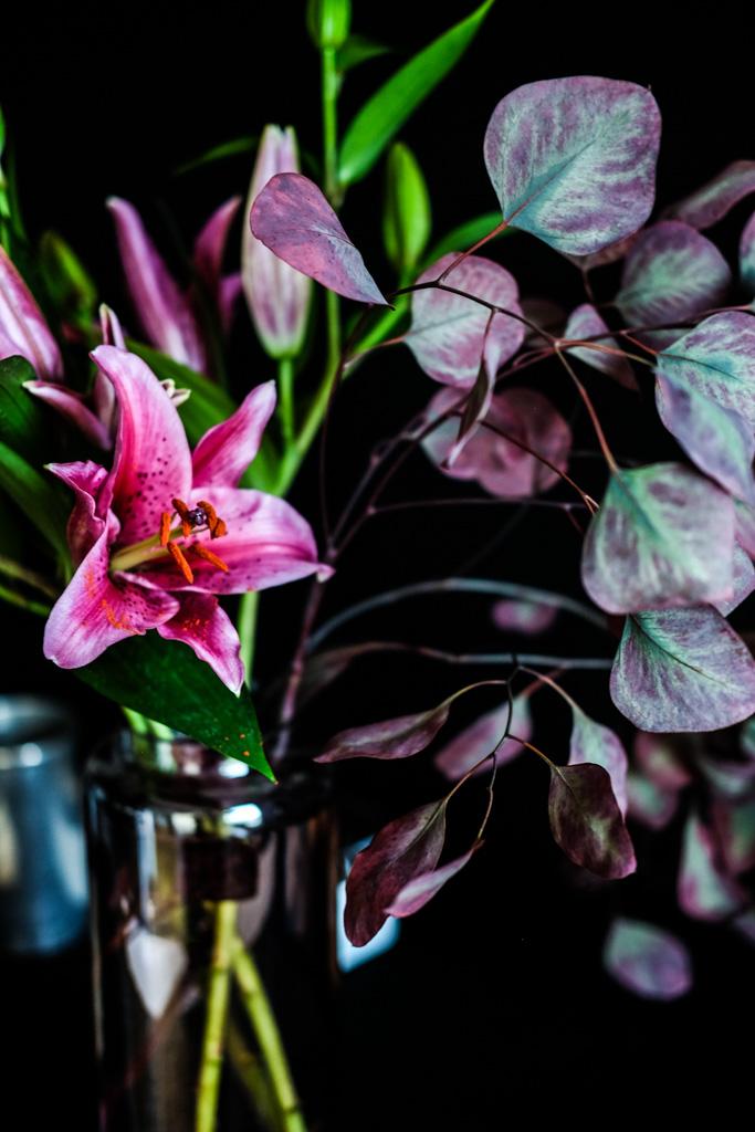 Floristik | fuchsiafarbene Lilien und roter Eukalyptus by fim.works Lifestyle Blog