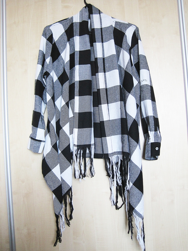 http://www.shein.com/Black-White-Plaid-Asymmetric-Fringe-Cardigan-p-249816-cat-1734.html?utm_source=www.lifebymarcelka.pl&utm_medium=blogger&url_from=lifebymarcelka